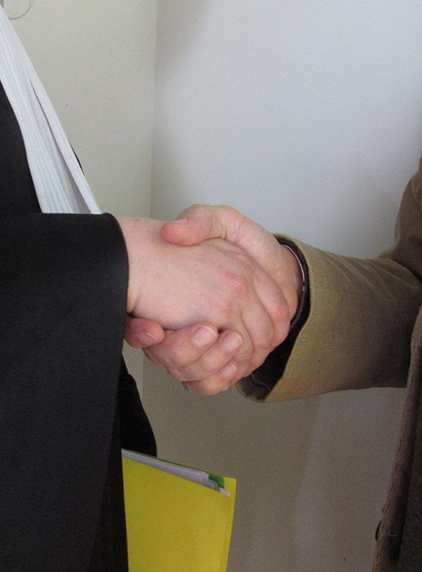 Avocat et citoyen qui se serrent la main