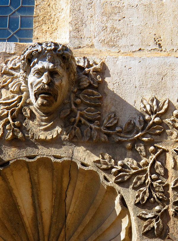Statue d'une tête à Dijon